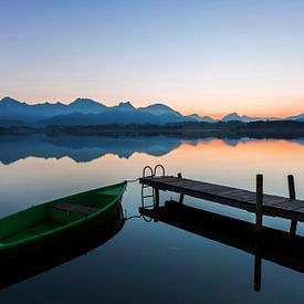 Boot am Steg mit Alpenpanorama im Sonnenuntergang von Frank Herrmann