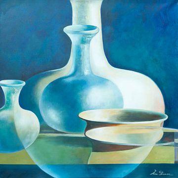Mélange moderne de vases et de bols, teintes bleues sur Ine Straver