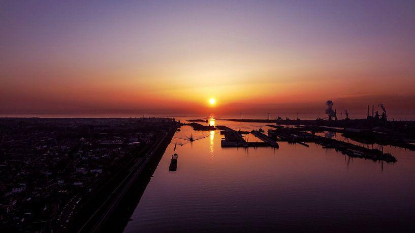 Noordzeekanaal IJmuiden I Sonnenuntergang I Drohnenfotografie I Vintage von Floris Trapman