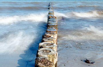 houten kribben als kustbescherming in de zee op een zonnige dag, glad water door lange blootstelling van Maren Winter