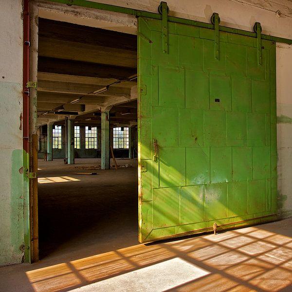 Verlaten Fabriekshal (More Past IX) van Gerard Oonk