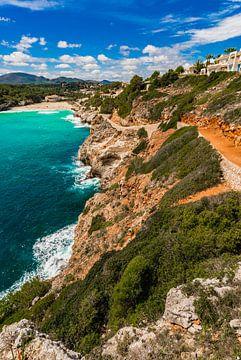 Mooie baai strand Cala Romantica, s'estany d'en mas op Mallorca, Spanje Middellandse Zee van Alex Winter