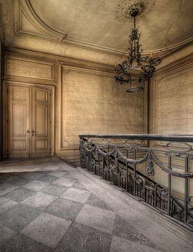 verlassene Halle mit Kronleuchter von Kristof Ven
