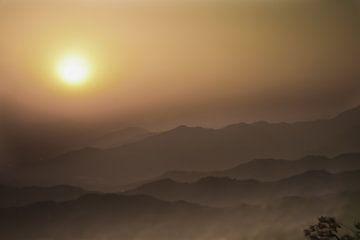 Smog in den Bergen Chinas in der Nähe von Peking Luft ist gesättigter smog-roter Sonnenuntergang von Michael Semenov