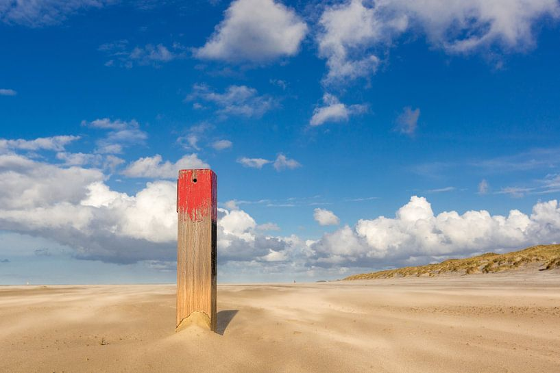 Strandpaal op Noordzeestrand van Terschelling van Jurjen Veerman