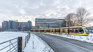 Tram op een besneeuwd Utrecht Science Park van De Utrechtse Internet Courant (DUIC)