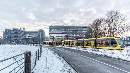 Tram op een besneeuwd Utrecht Science Park
