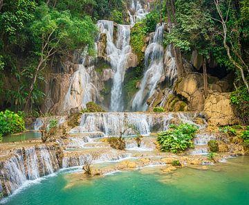 Wunderschöner Wasserfall Kuang Si im Wald, Laos von Rietje Bulthuis