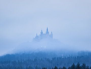 Kasteel Hohenzollern in de vroege ochtendmist troont boven de bossen van de Schwäbische Alb van Capture ME Drohnenfotografie