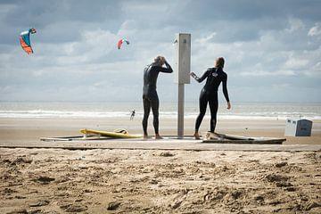 surfers op het Noordzeestrand van Inge Jansen