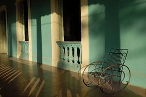 Schaukelstuhl auf der Veranda in Kuba von William Aussie