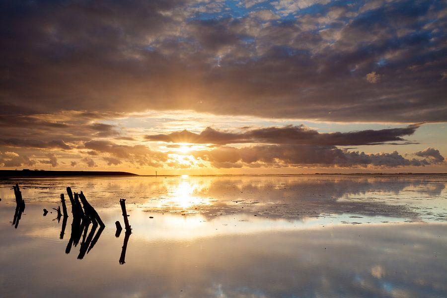 Gouden zonsondergang op het wad