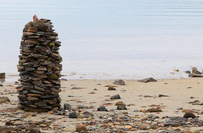 Tour de pierre sur la plage sur Frank Herrmann