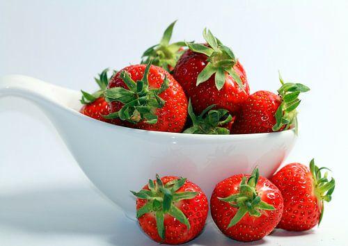 Strawberries in a white bowl van Rosi Lorz