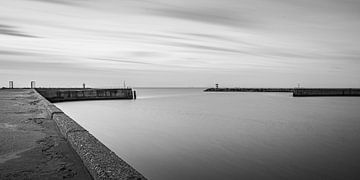 Zwart wit opname met lange sluitertijd van het havenhoofd in Scheveningen van MICHEL WETTSTEIN