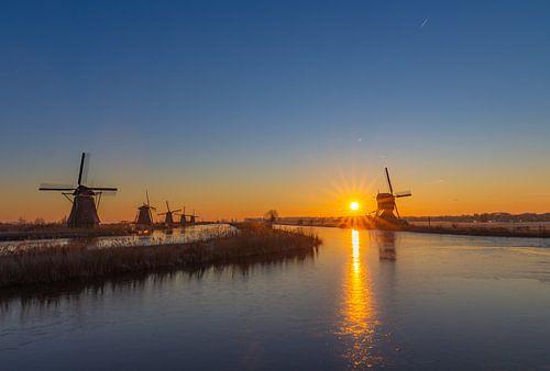 Zonsopkomst tussen de molens in Kinderdijk