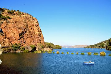 Prachtige berg, helderblauwe lucht en water bij Hartbeespoortdam van Vera Boels