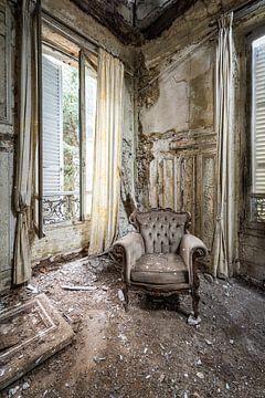 Stuhl in verlassenen Villa von Inge van den Brande