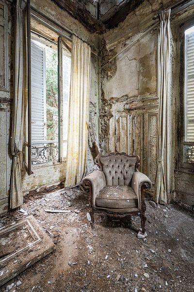 Stoel in verlaten villa van Inge van den Brande