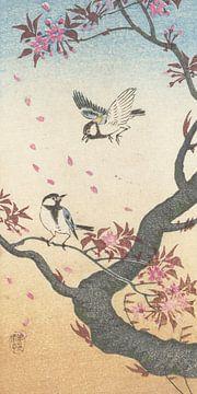 Twee koolmezen bij bloesemende boom van Ohara Koson