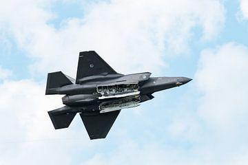 F-35 Lightning II met open bomdeuren van Wim Stolwerk