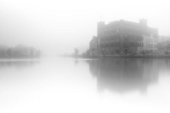 Haarlem zwart wit: Droste in de mist. van Olaf Kramer
