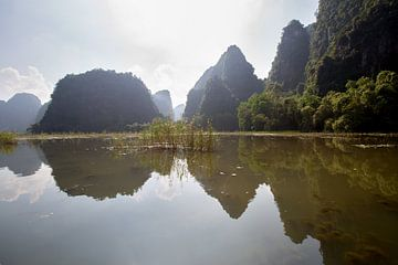 Reflection of Rocks in Tam Coc, Vietnam van