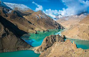 Turquoise water van het Yamdrok meer in Tibet
