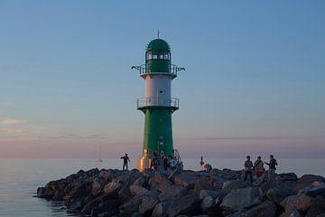 Rostock-Warnemuende : Blick zum Leuchtfeuer Westmole  bei Abendd�mmerung von Torsten Krüger