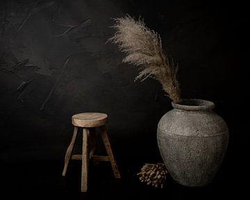 Stilleven met grote stenen kruik & pampas gras van Mayra Pama-Luiten
