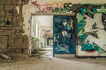 Urbex Korridor mit viel Graffiti von Sasja van der Grinten
