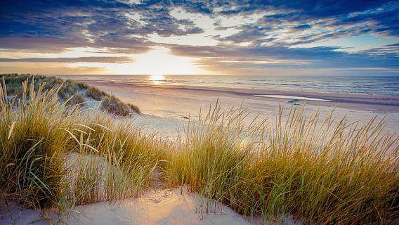 Zonsondergang boven het strand van Ameland.