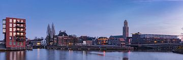 Photographie du soir Skyline Ville hanséatique de Zwolle avec le Perperbus sur Martin Bredewold