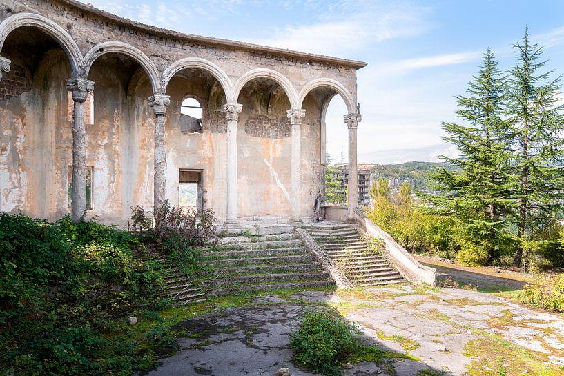 Verlassenes Gebäude von außen. von Roman Robroek