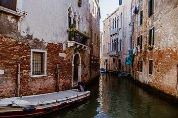 De kleine, magische straatjes van Venetië in Italië van Art Shop West