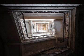 Escalier sombre abandonné. sur Roman Robroek
