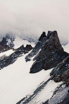 Bergspitze mit Schnee durch Wolken von Jacqueline Groot