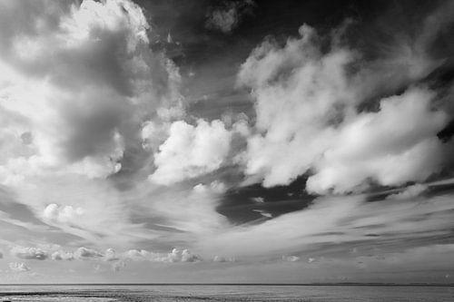 Wolken boven de waddenzee in zwart-wit
