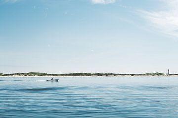 Reisefotografie - Blauer Himmel, blaues Meer - Segeln in Cape Cod, Massachusetts, USA von Eleana Tollenaar