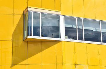 Yellow building van Ingrid Bargeman