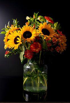 Stilleven Vaas met zonnebloemen, anjers en gerbera's. van Gaby Hendriksz