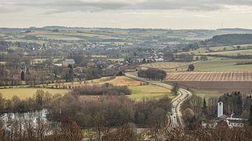 Uitzicht richting Oud-Valkenburg in Zuid-Limburg van John Kreukniet