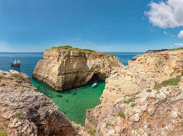 Seegrotte und -bogen nahe dem Cabo Carvoeiro, Cavoeiro, Portugal, Algarve von Rene van der Meer