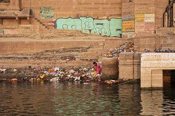 Pauvre femme assise sur les rives du Gange sur Tjeerd Kruse