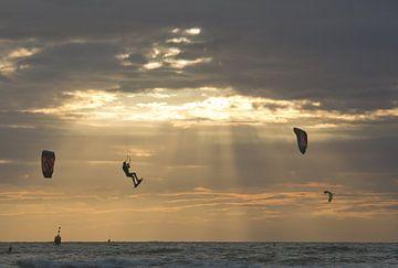 Drachensurfer fliegt in den Sonnenuntergang von Remco Swiers