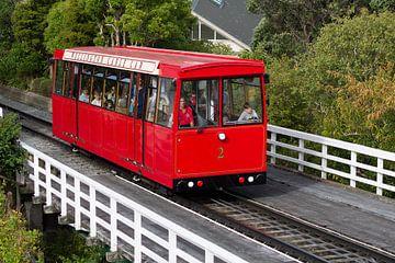 Cable car in Wellington Nieuw-Zeeland van Marco Leeggangers