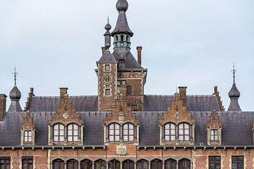 An einem bewölkten Tag in der Nähe eines schönen und großen Schlosses von Marcel Derweduwen