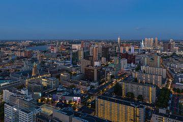 Het uitzicht op de skyline van Rotterdam tijdens het blauwe uurtje van MS Fotografie | Marc van der Stelt