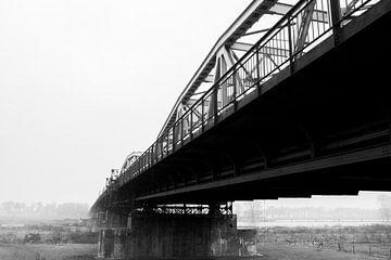 Grave Brücke schwarzweiss von Helene de Jongh