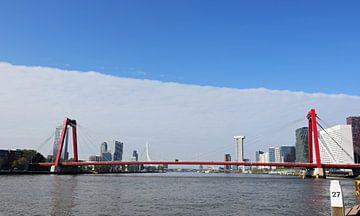 Stadsgezicht op Rotterdam over de Nieuwe Maas met op de voorgrond de Willemsbrug van Robin Verhoef